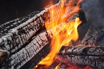 Lagerfeuer während eines Pfadfinder-Lagers