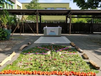 Bild des von uns gestalteten Altars an der Blériot-Grundschule